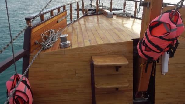 Plachetnice plave na moře, pohled z uvnitř