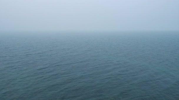 Cyklických video. Hustá mlha nad klidné vodní hladině. Můžete provádět 1, video 2 hodiny nebo více pro vaše projekty.