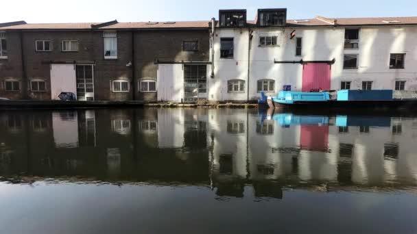 f8d7552ccf7 Παλιά αποθήκη κτίρια στο δίπλα στο κανάλι αποβάθρα με ποταμόπλοιο– πλάνα  αρχείου