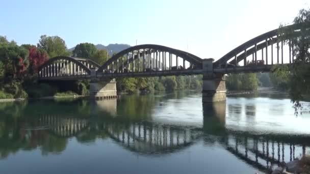 Silniční most přes řeku. Odraz z mostu do řeky.