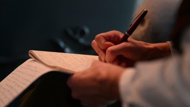 A női újságíró tollal ír jegyzeteket interjú közben. Egy ceruzával jegyzetel. gyorsan működik..