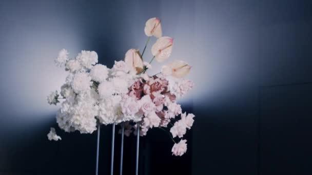 Vlevo vpravo parralax záběr krásné svatební kytice. Podnik s nejistým výsledkem.