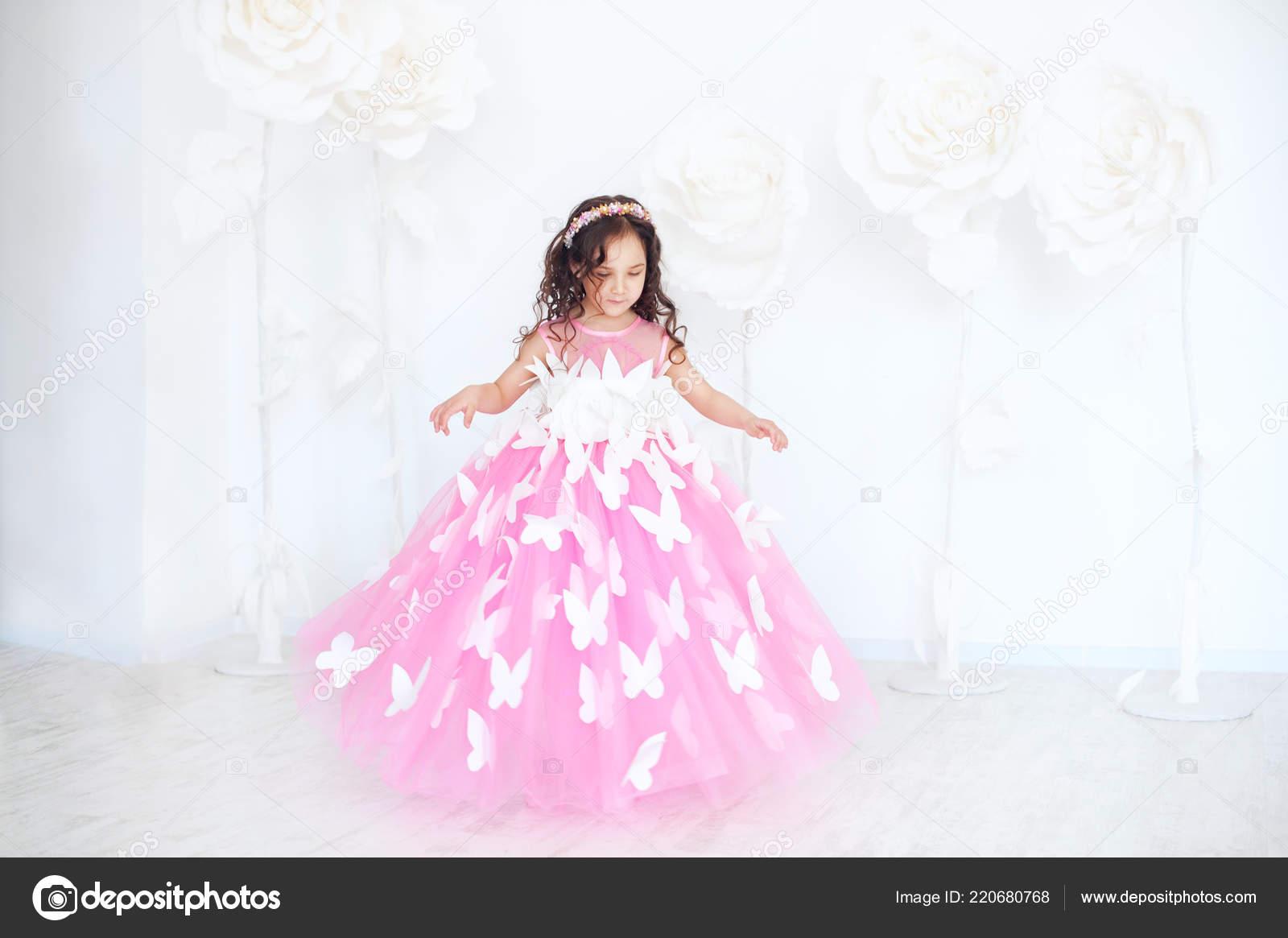 Retrato Niña Sonriente Vestido Princesa Rosa Con Mariposas