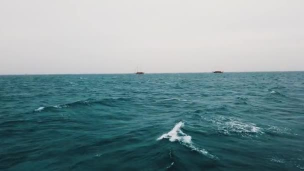 Vitorláshajó nyílt tengeren. Vitorlás hajó. Yachting videó. Vitorlázó videó. Yachting a szeles napon. Yacht. Vitorlás. Vörös-tenger, Egyiptom, Afrika