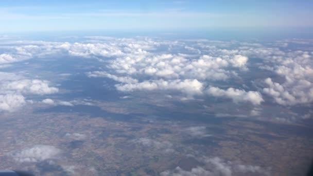 Seděl v letadle, které létalo a dívalo se z okna, a viděl oblohu, mraky a přistání. Pocit svobody s přírodou malebné modré nebe a pomoci vždy nové inspirace a cítit relaxační cestu