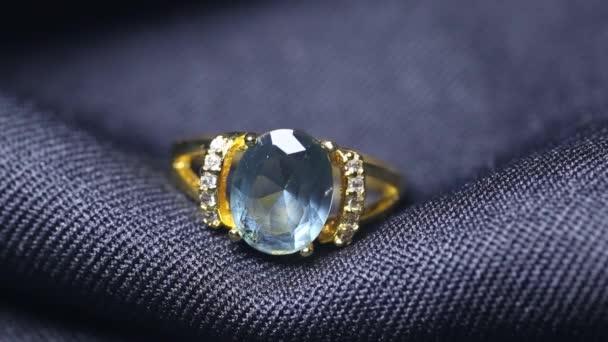 Zlatý snubní prsten na černém pozadí. Šperky s diamanty