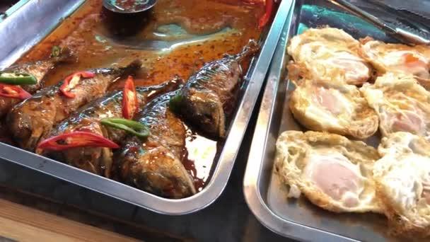 Utcai thai ételek, curry és rizs bolt változatos ételek