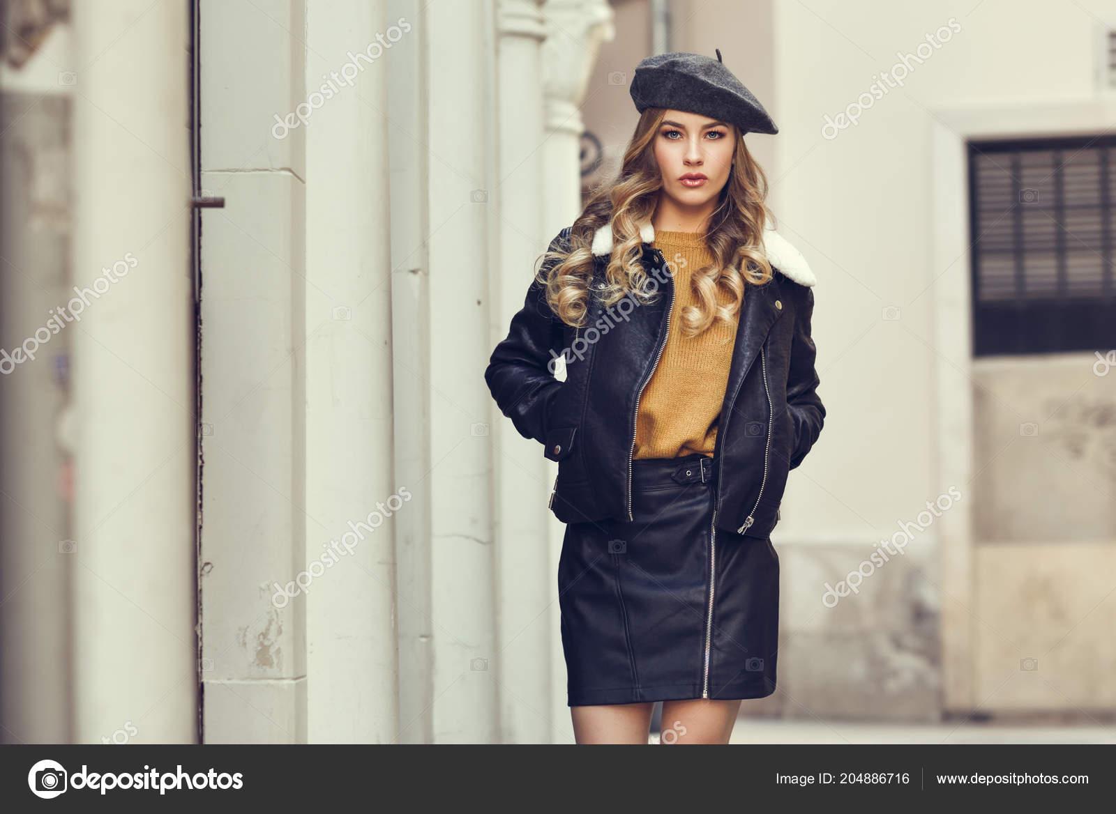 Mujer Rusa Rubia Fondo Urbano Hermosa Joven Con Boina