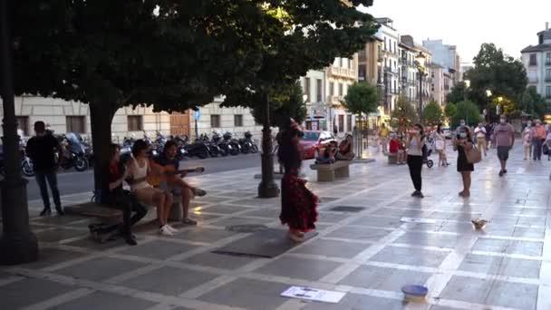GRANADA, ANDALUSIA, ŠPANĚLSKO 29. srpna 2020: Multietnická skupina flamencových tanečníků v Granadě.