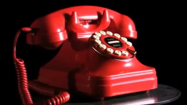 Vintage červený telefon na otočný stůl