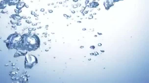Detailní záběr stříkající vody. Zpomalený pohyb