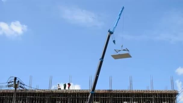 Jeřábové práce na věži v konstrukci webu a modré nebe