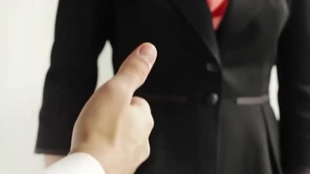 podnikatel a podnikatelka třes rukou