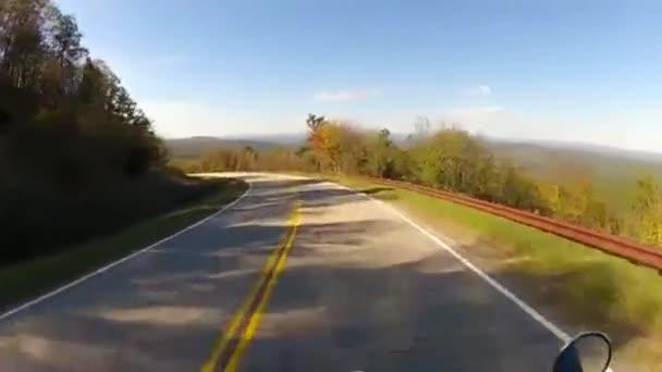 motocykl, svištět po křivolaké zalesněné horské silnice
