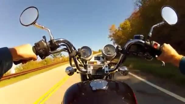 někdo na motocyklu na křivky a zalesněné horské silnici