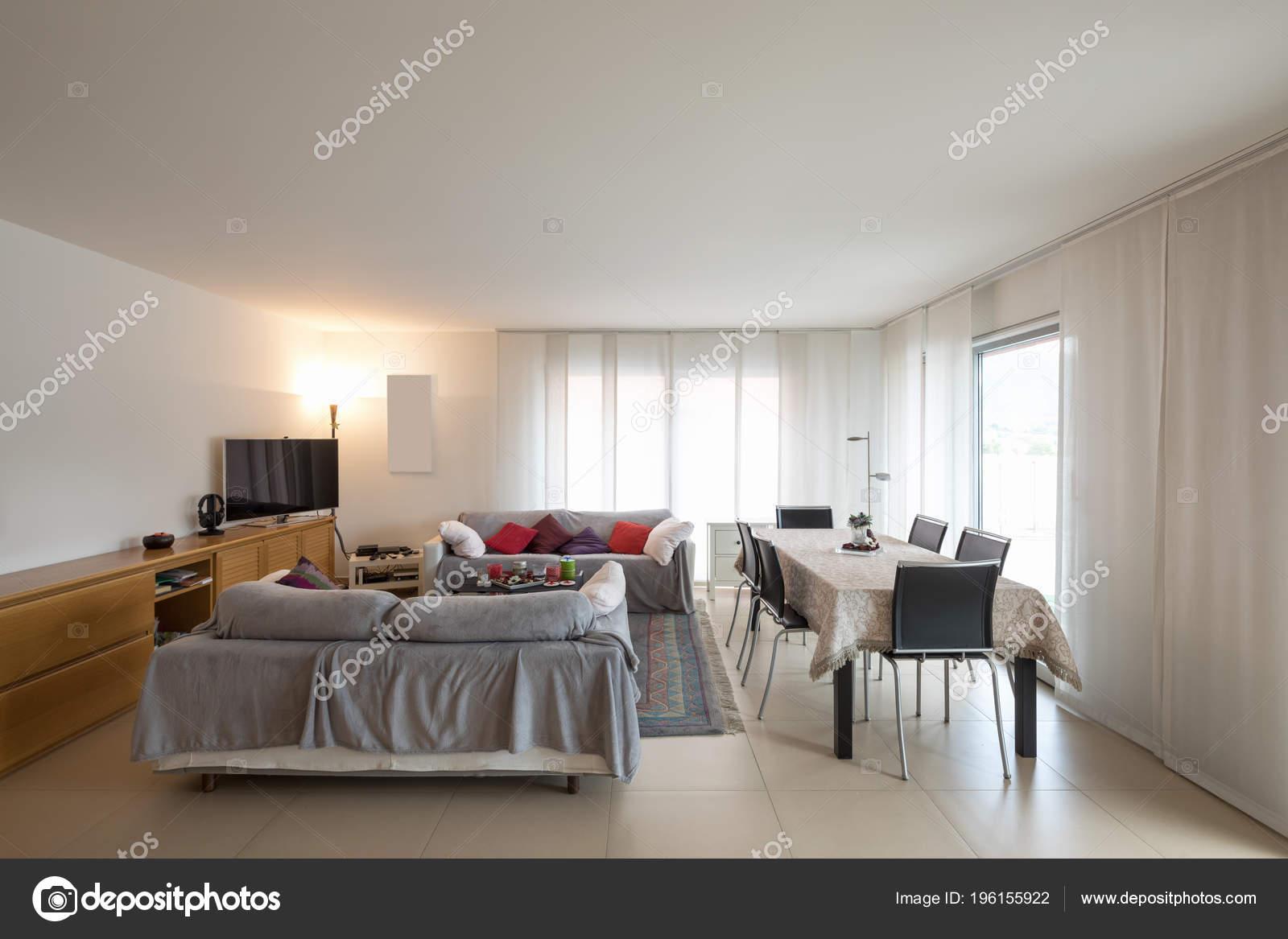 table de cuisine avec canapé et chaise