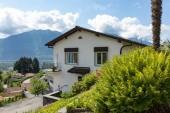 Fotografie Exteriér vily s velkým náměstím, výhled na švýcarské kopce. Nikdo uvnitř