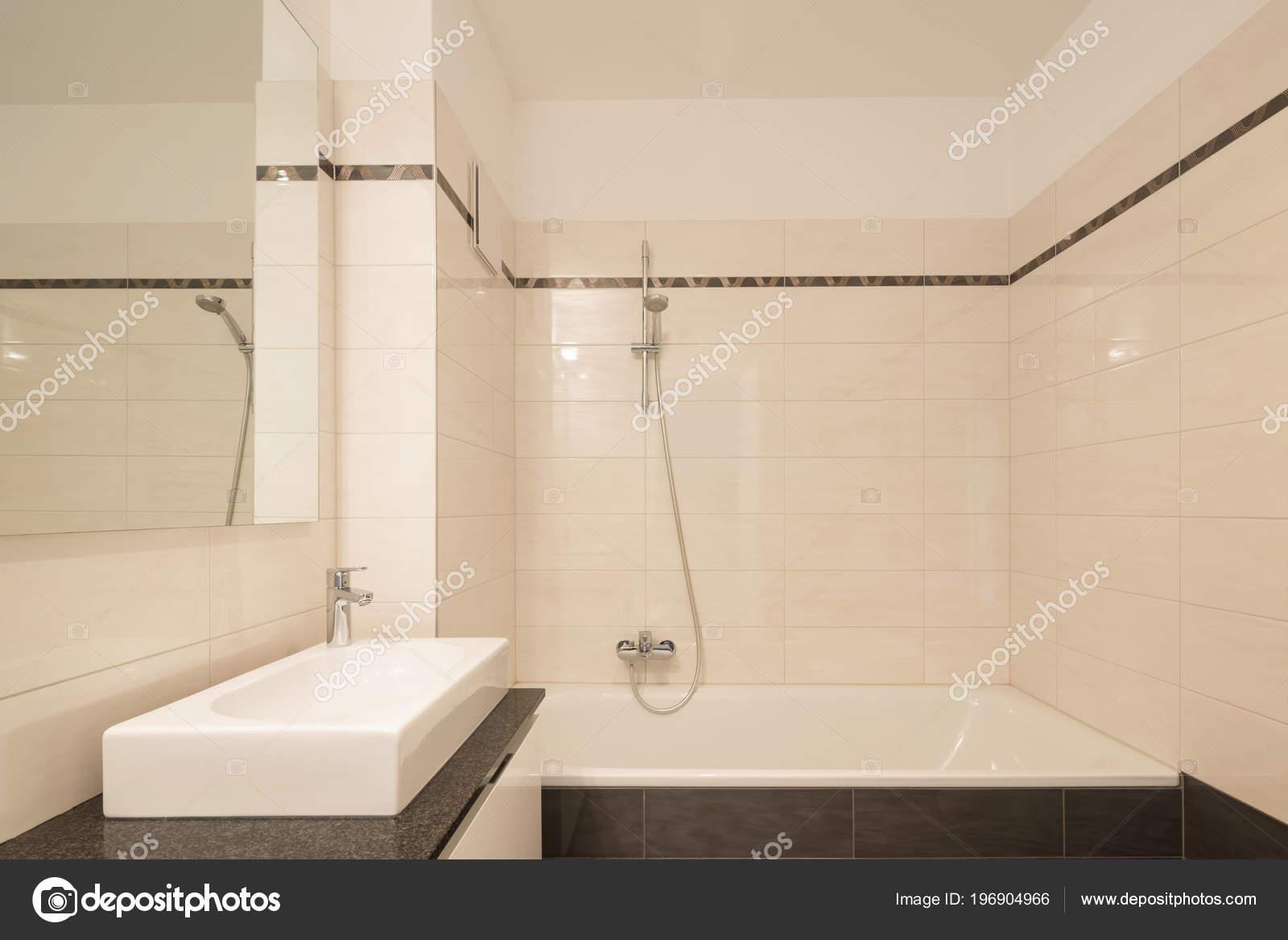 Minimalista Moderno Cuarto Baño Con Azulejos Grandes Nadie ...