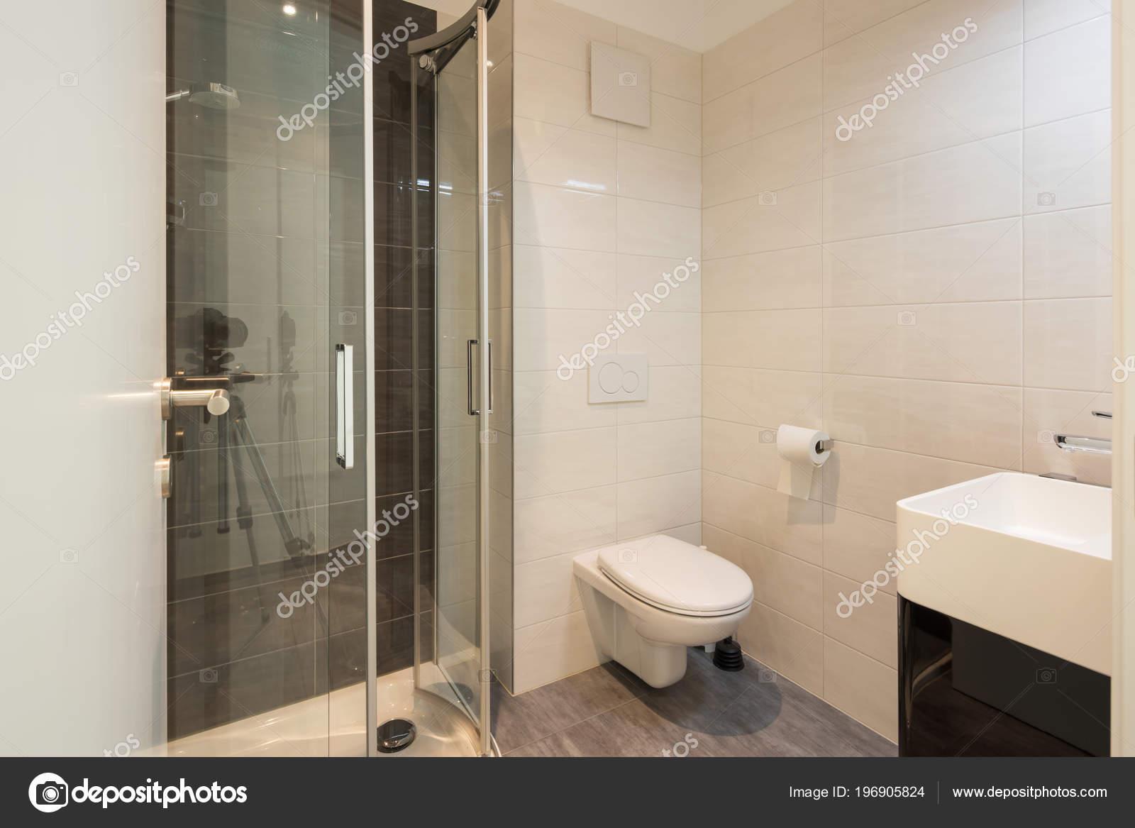 Grote Tegels Badkamer : Minimalistische moderne badkamer met grote tegels niemand binnen