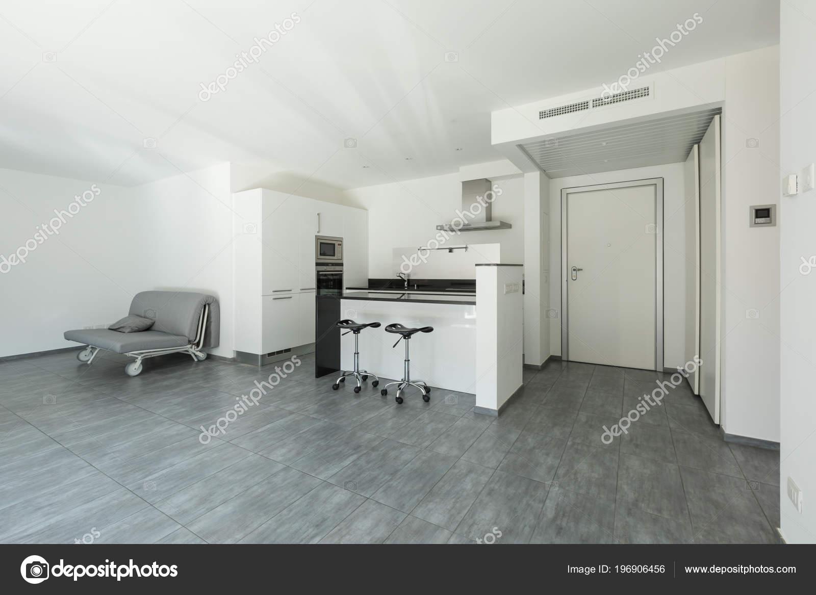 Cucina Bianca Moderna Con Isola Sgabelli Nessuno All Interno — Foto ...