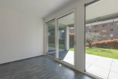 Moderní byt s velkými, světlými okny. Zobrazit na zelenou zahradu