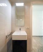 Fotografie Minimalistický moderní koupelna s velkými kameny. Nikdo uvnitř