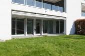 Fotografie Moderní dům exteriér s udržovanými zelený trávník. Slunečný den