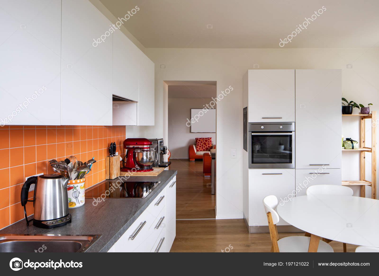 Cucina Con Piastrelle Arancione Tavolo Moderno Grande ...