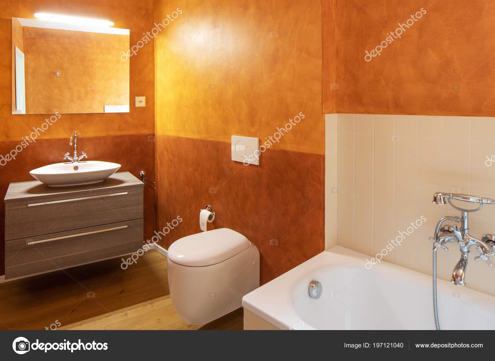 Pareti Colore Arancione : Bagno con finiture moderne pareti color arancio nessuno all interno