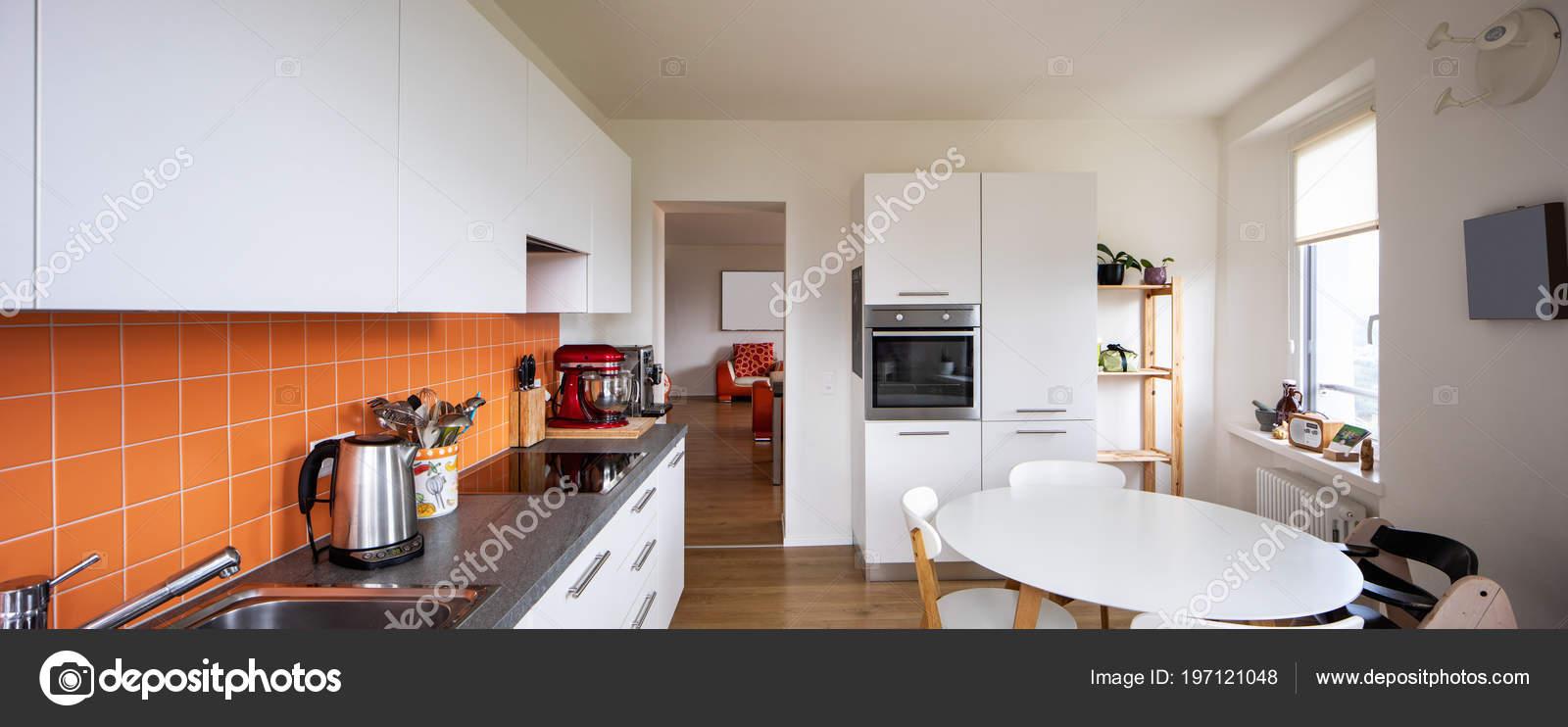 Cucina Con Piastrelle Arancione Tavolo Moderno Grande Finestra Con ...