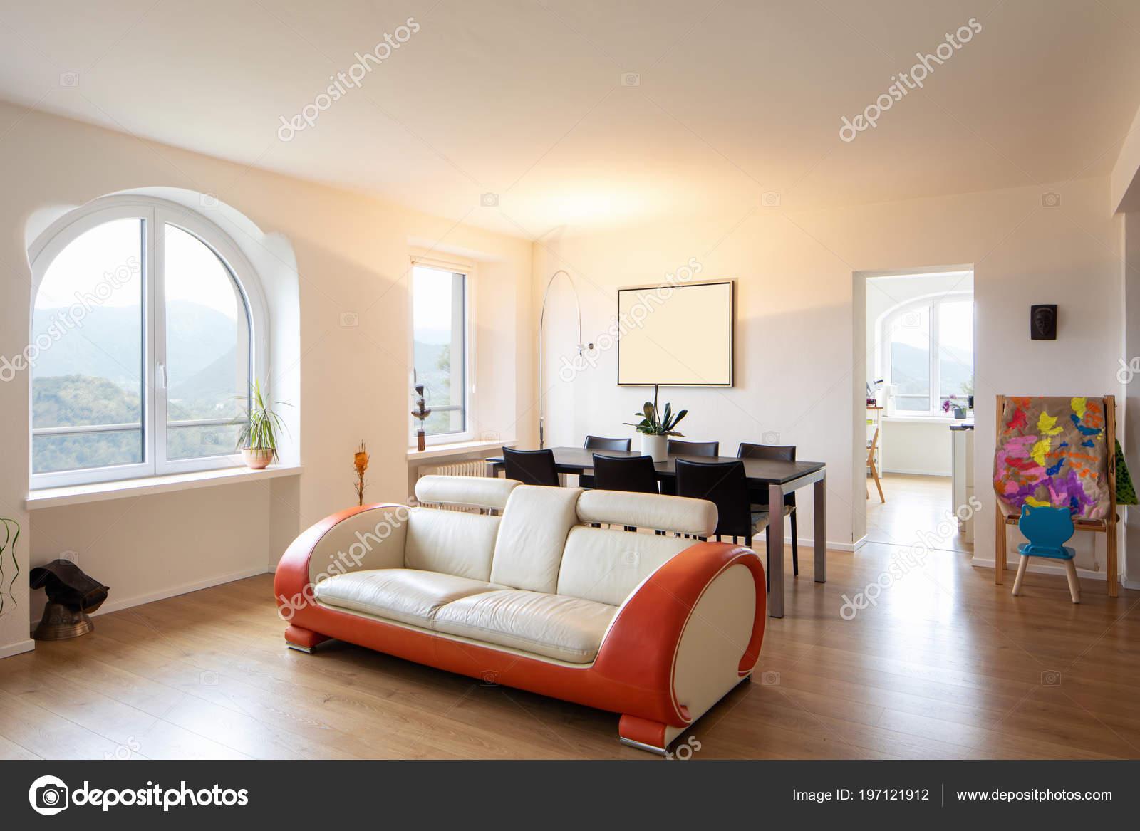 Wohnzimmer Mit Leder Und Parkett Design Sofa Grosse Fenster