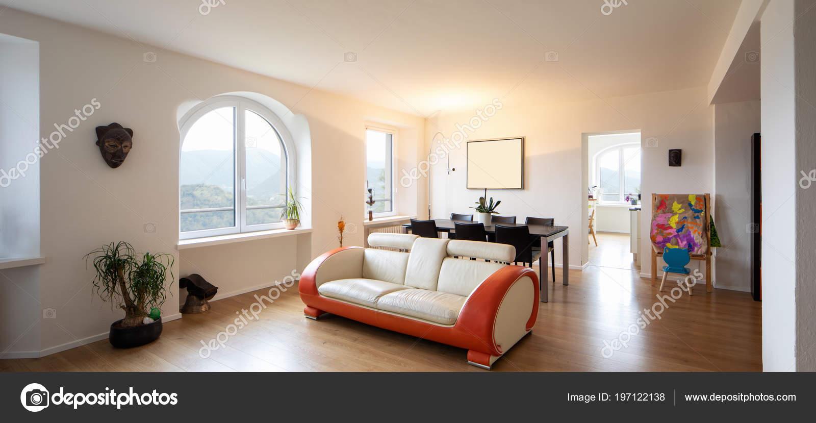 Wohnzimmer Mit Leder Und Parkett Design Sofa Große Fenster Geben ...