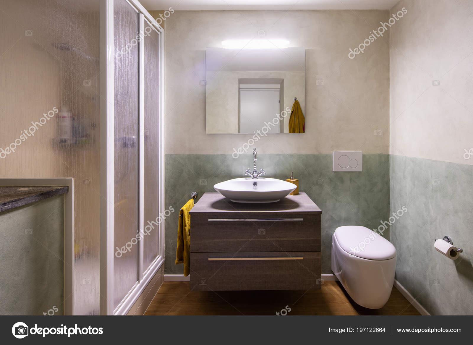 Badkamer Met Moderne Afwerking Witte Muren Niemand Binnen ...