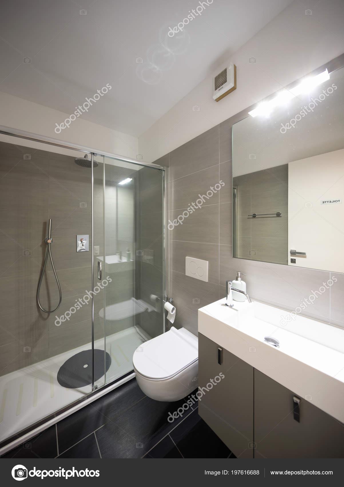 Nowoczesna łazienka Duże Brązowe Płytki Duże Lustro Nikt Nie