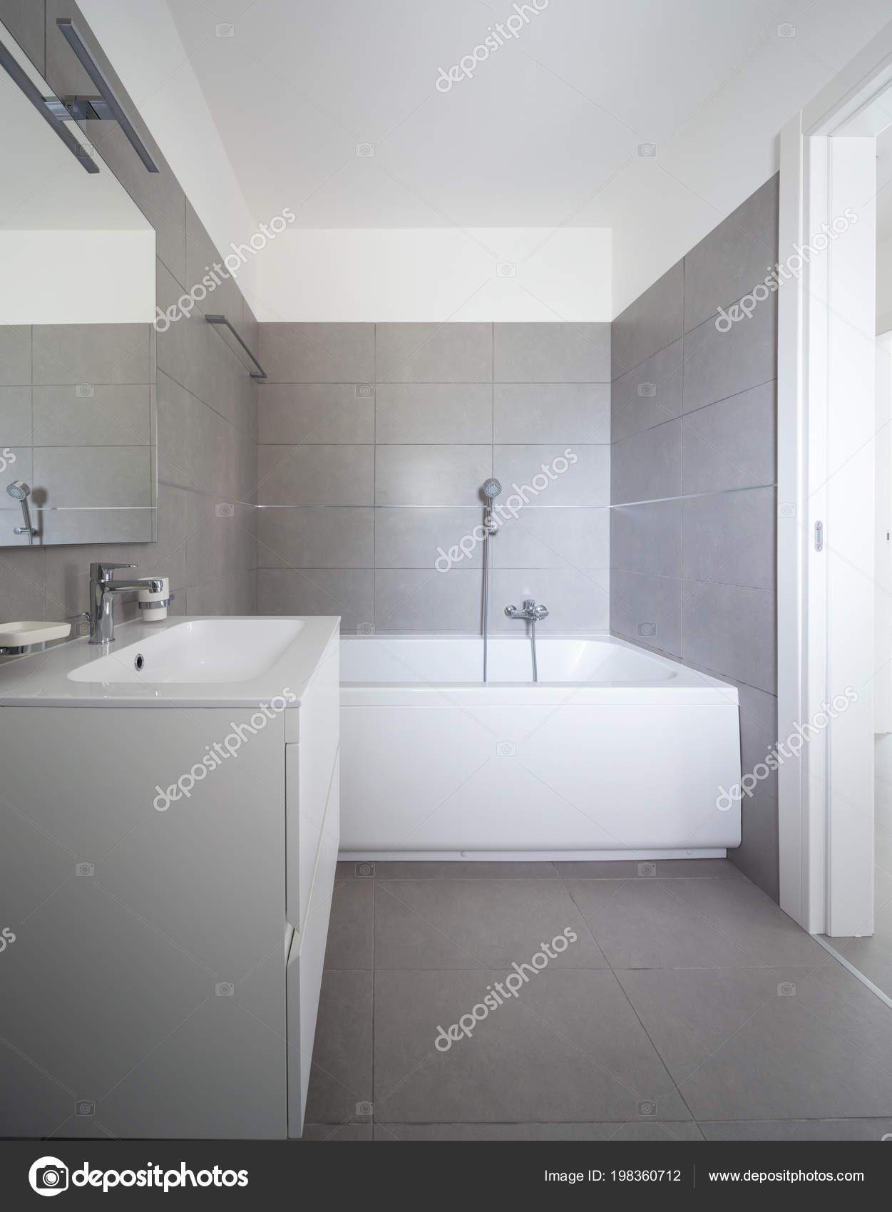 Salle Bains Moderne Avec Grands Carreaux Dans Appartement Tout Neuf ...