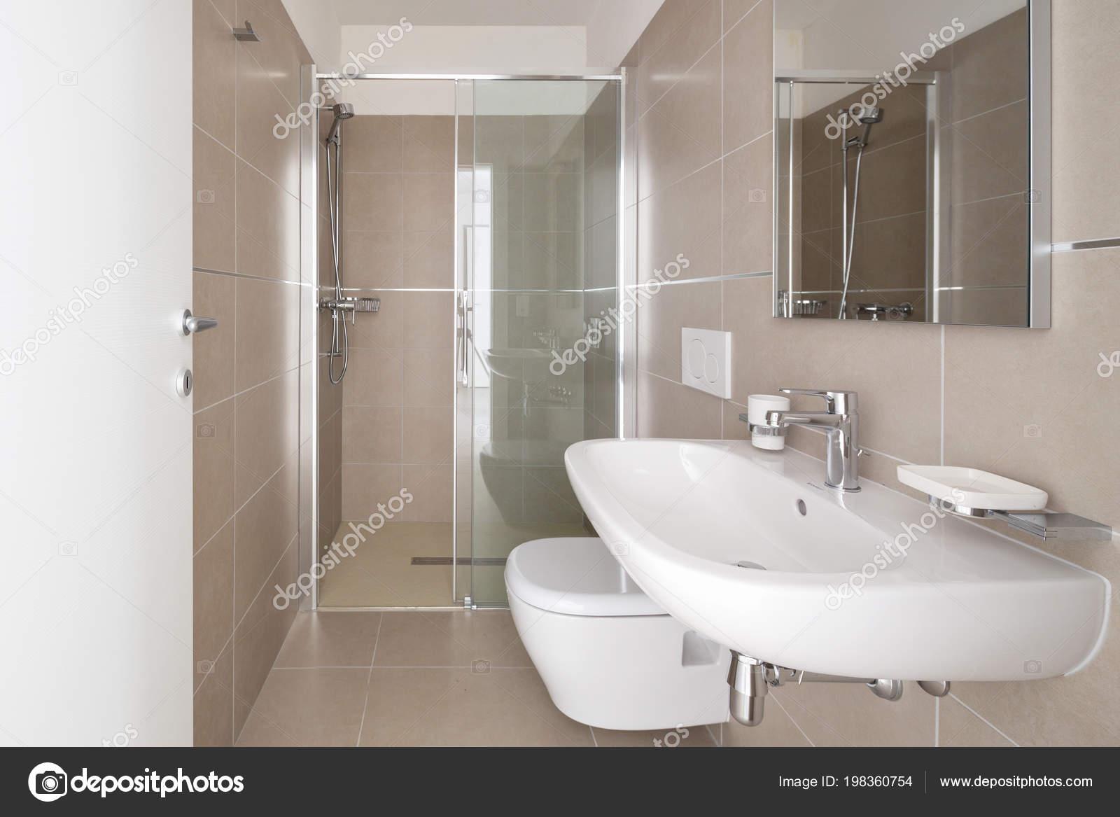 Moderno bagno con piastrelle grandi dimensioni appartamento nuova