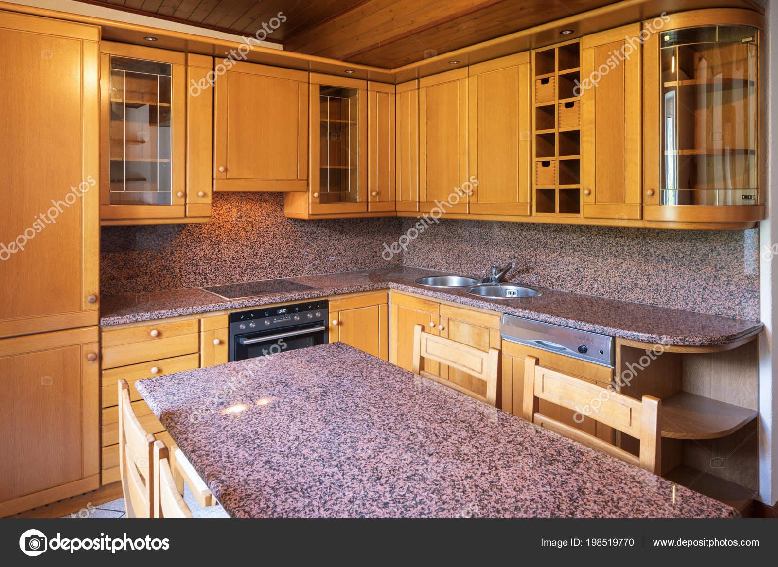 Cocina Con Mesa Muebles Madera Nadie Dentro — Foto de stock ...