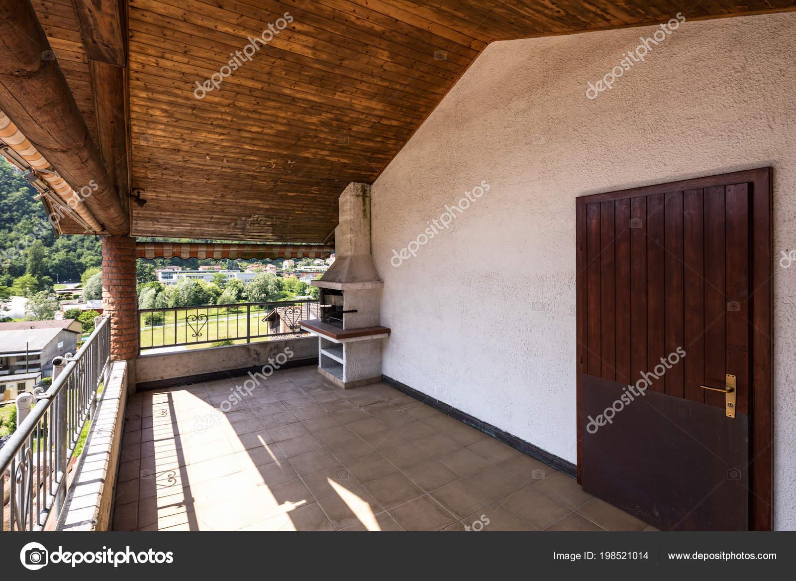 Houten Tegels Balkon : Terras met houten plafond tegels landschap heuvels niemand binnen
