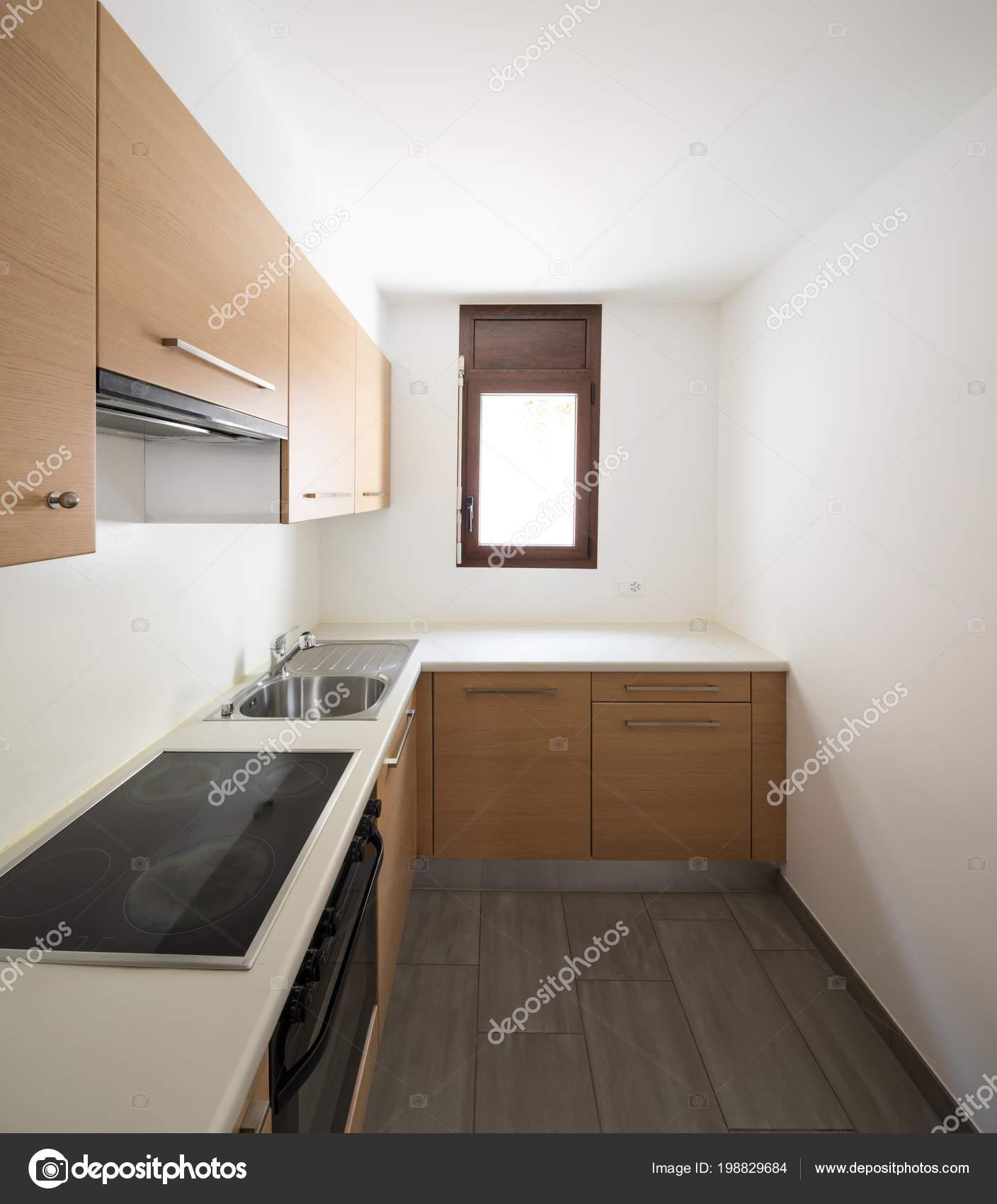 Moderne Küche Holz Und Weiße Wände Kleines Fenster Niemand Inneren