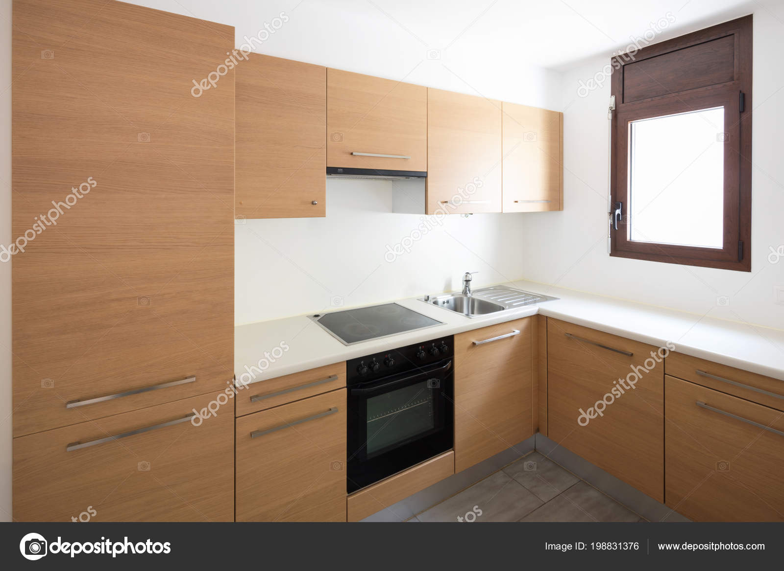 Moderne Küche Holz Und Weiße Wände Kleines Fenster Niemand Inneren ...