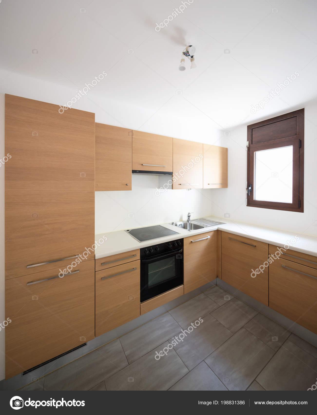 Moderne Küche Holz Und Weiße Wände Kleines Fenster Niemand ...