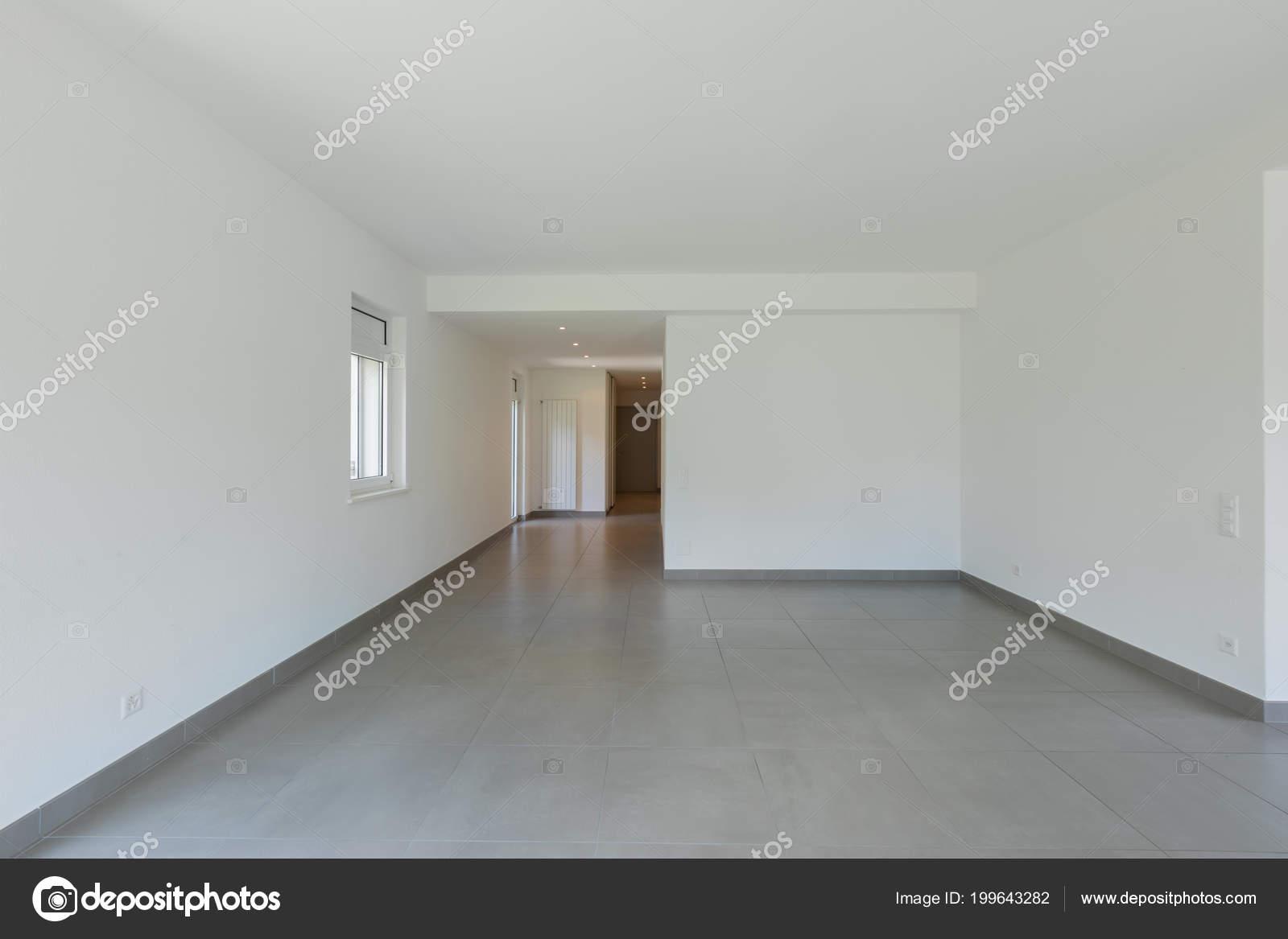 Volledig witte lege ruimte met gang ingang deur niemand binnen