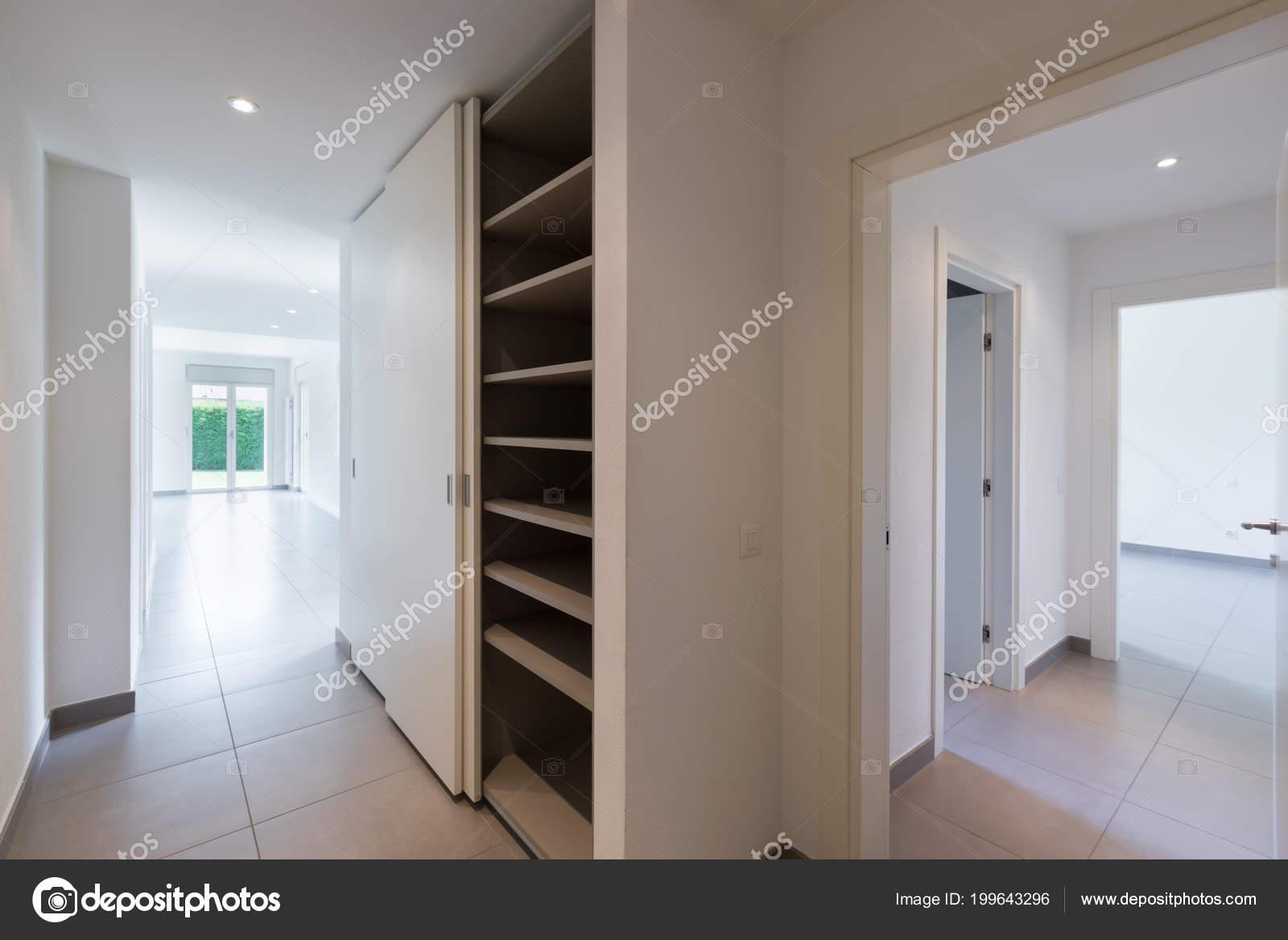 Schön Schrank Flur Foto Von Mit Großem Offenen Und Viele Türen Öffnen