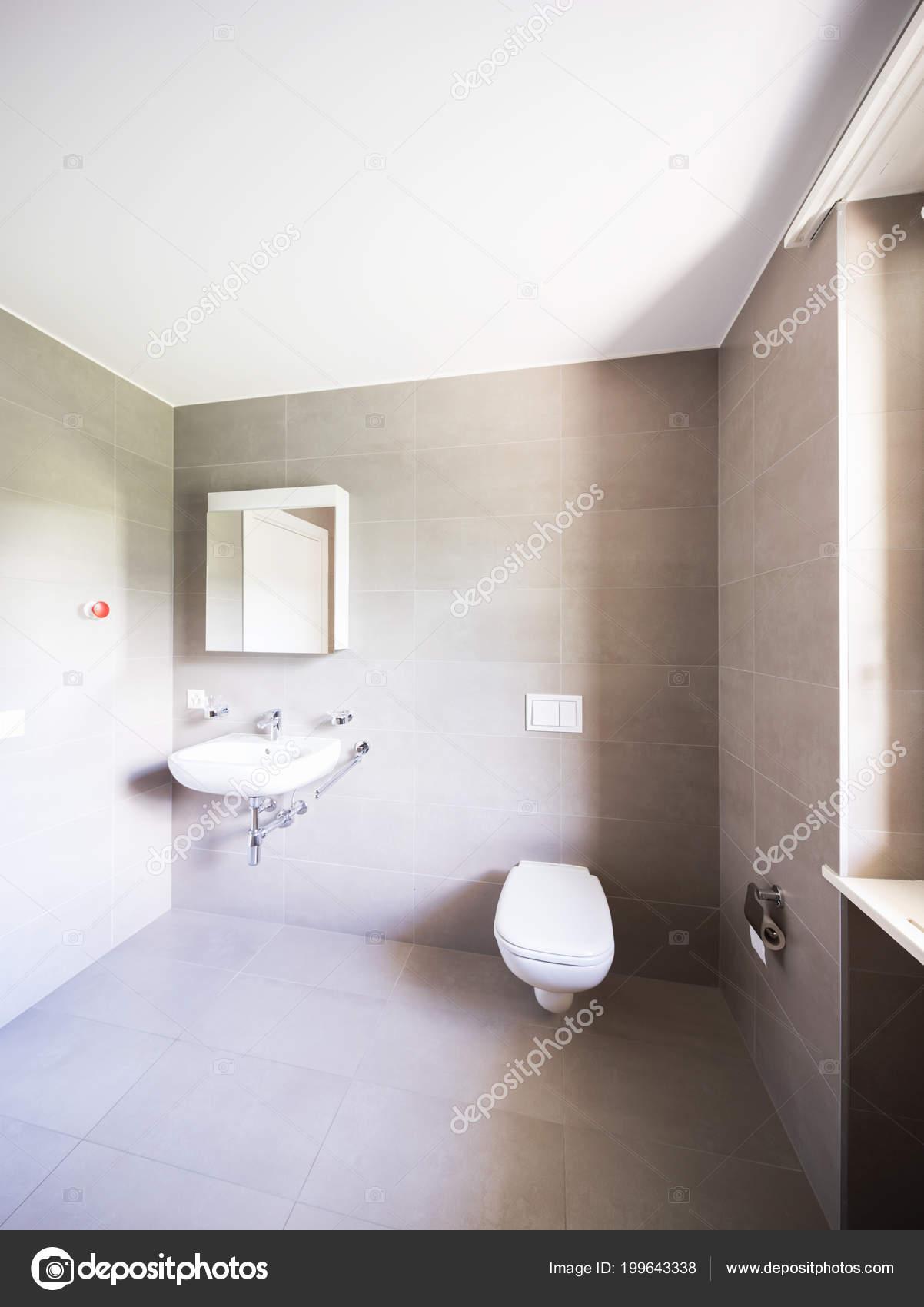 Badezimmer Mit Großen Modernen Fliesen Niemand Inneren ...
