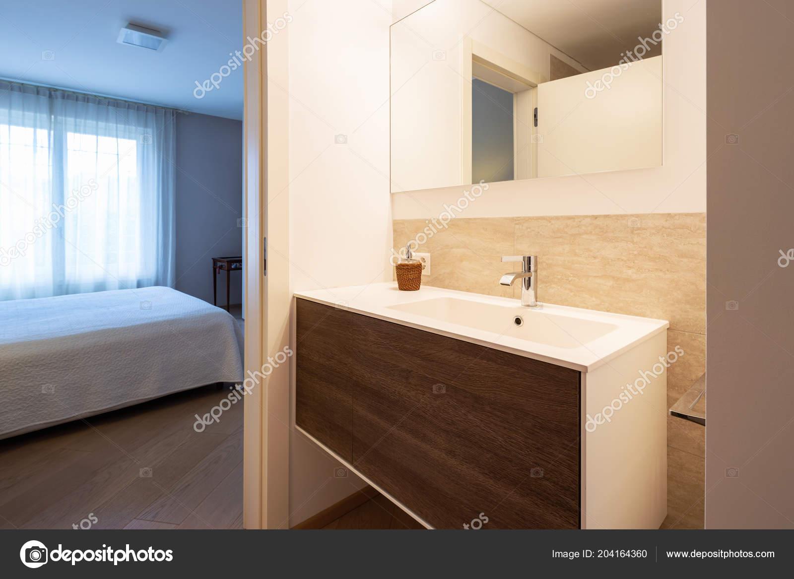 Moderne badkamer met hout marmer afwerkingen elegante badkamer