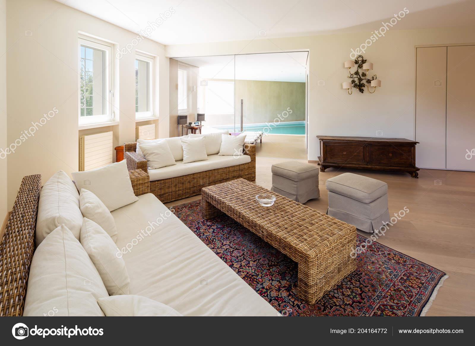 Salon moderne avec des meubles en osier dans une villa de conception personne à lintérieur images de stock libres de droits