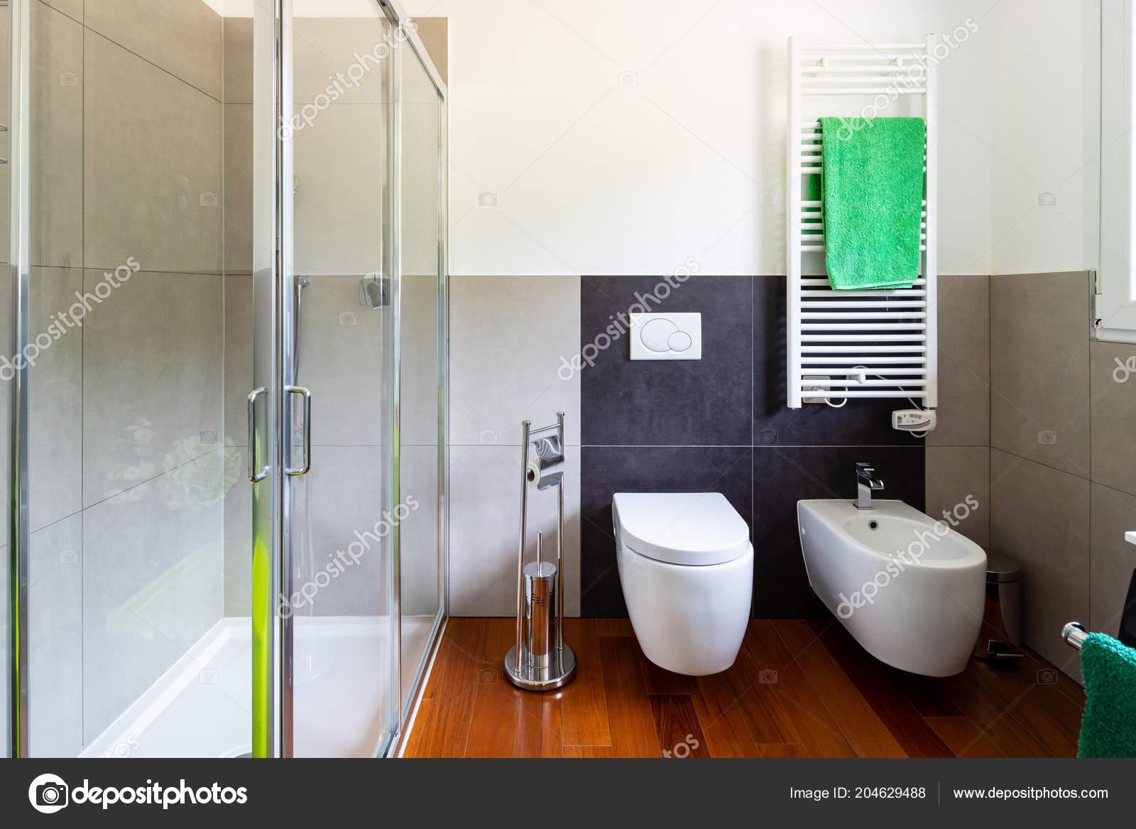 Moderno bagno con piastrelle chiare scure nessuno all interno