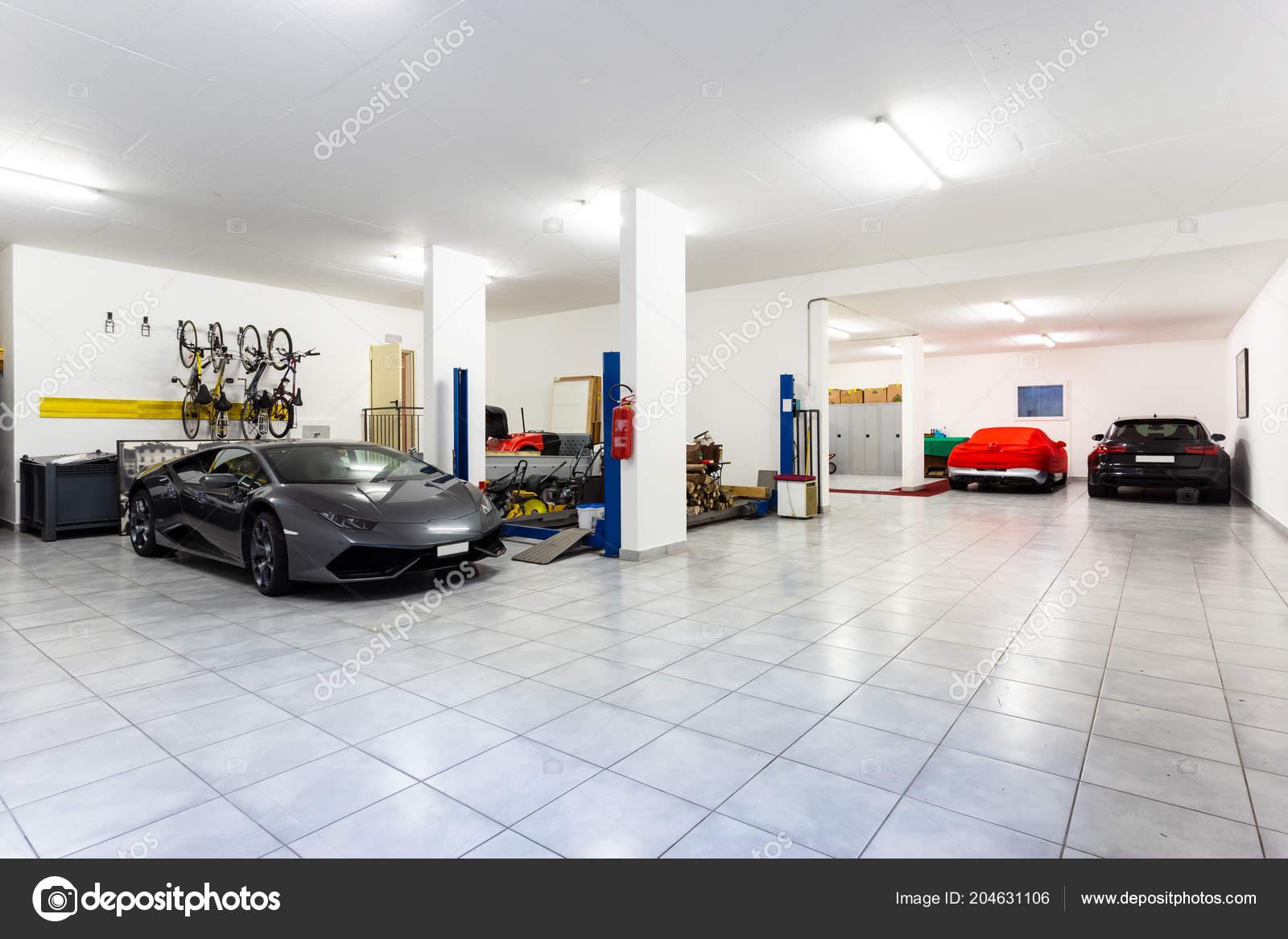 Garaż Luksusowych Samochodów Sportowych Nikt Nie Wewnątrz Zdjęcie