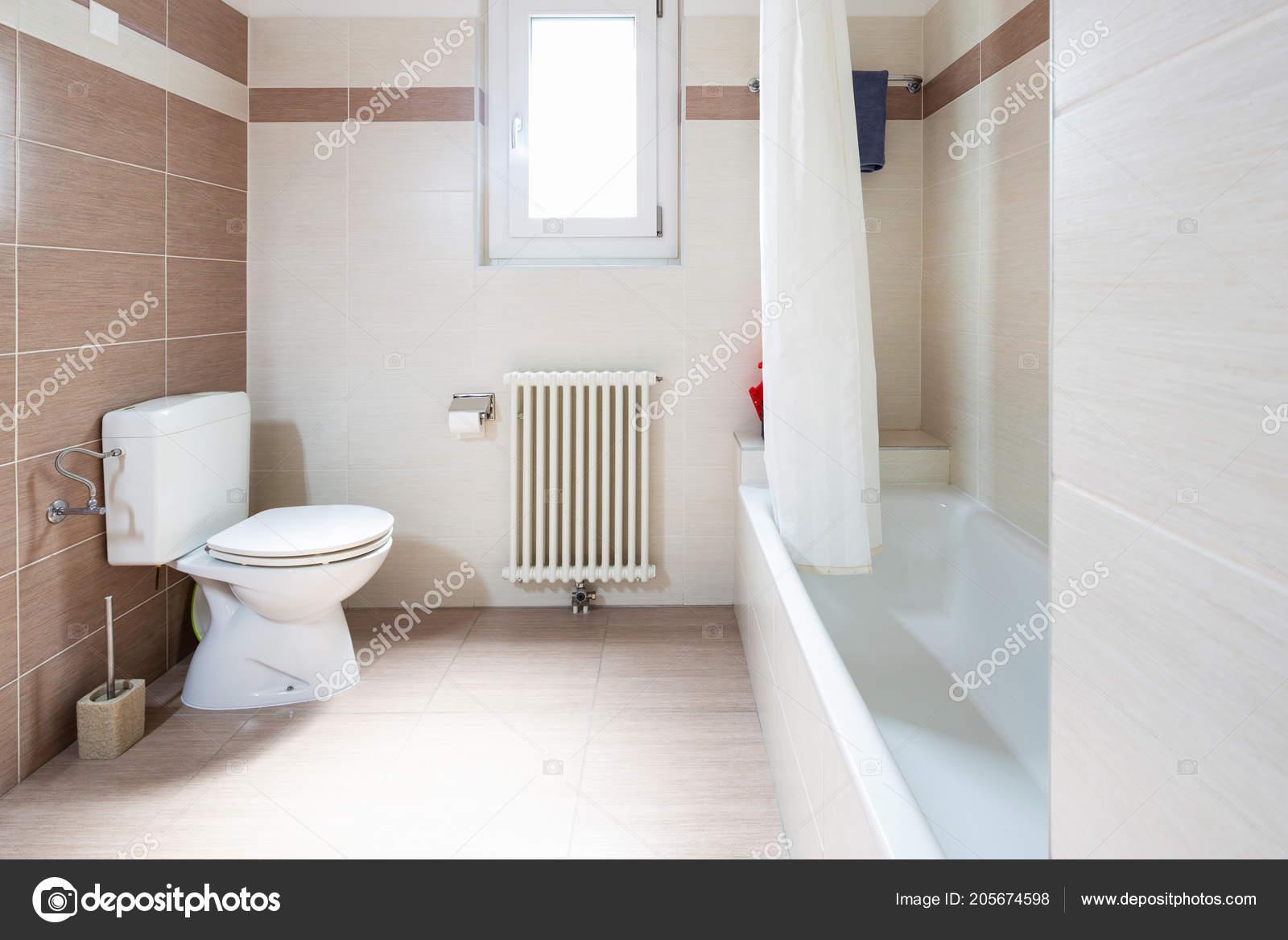 Badkamer Lichte Tegels : Ruime lichte badkamer met tegels niemand binnen u stockfoto