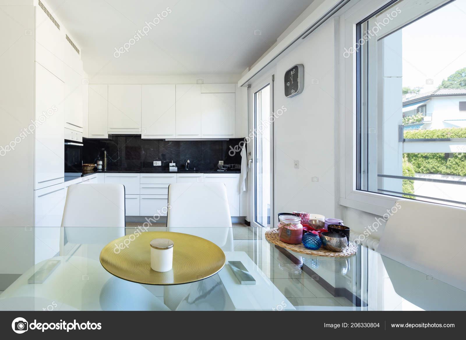 Sedie Da Cucina Bianche : Cucina bianca con marmo nero elegante piano vetro tavolo sedie